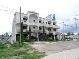 El hotel fue incendiado pues aseguraron que policías se resguardaron en el interior desde días antes del enfrentamiento.
